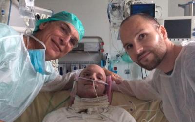 Franck y su hermano Eric, quien donó parte de su piel para que su...