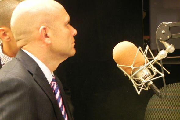 Mike Dee escucha a Ross con atención.