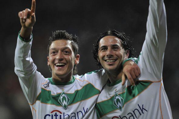 También compartió equipo con otras figuras como el peruano Claudio Pizar...