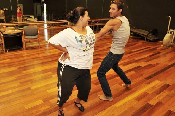 Cada participante tiene un bailarín profesional que le ayuda con la core...
