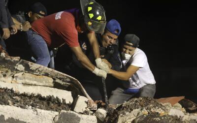 Trabajadores de rescate y voluntarios continúan buscando sobreviv...