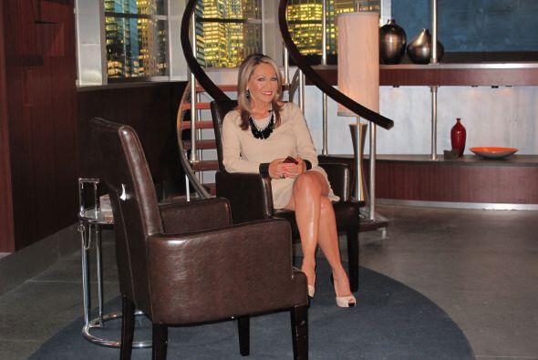 María Elena Salinas espera a su entrevistado, durante una reciente edición.