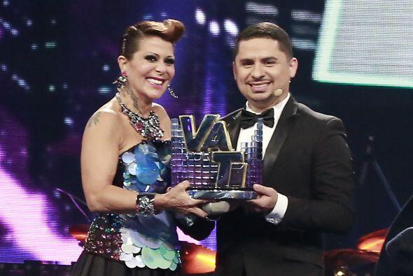 Alejandra y Larry sosteniendo el trofeo.