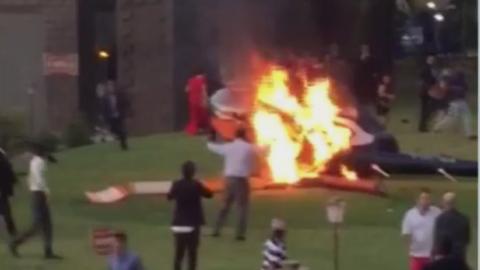 Imagen del helicóptero en llamas tras caer al suelo.