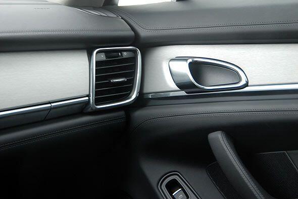 Además de ofrecer un desempeño deportivo, el Panamera ofrece interiores...