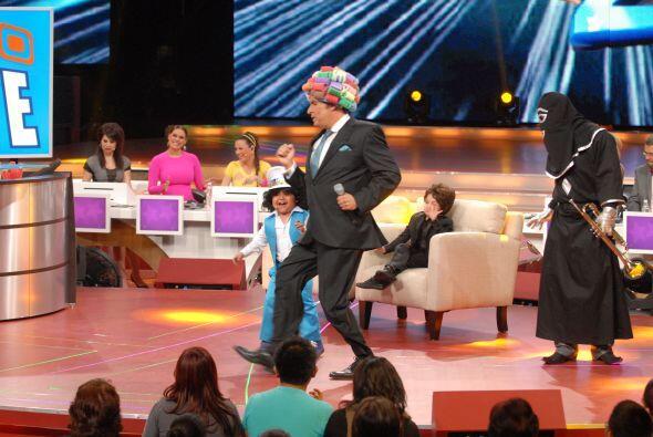 Hasta Don Francisco sacó algunos pasitos de baile con la melodía que int...