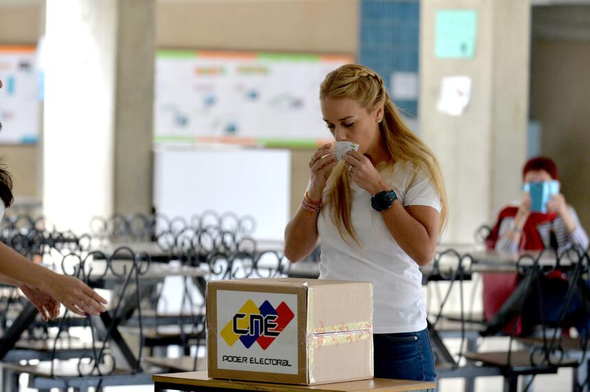 Lillian Tintori, esposa del líder opositor Leopoldo Lópe, emite su voto.