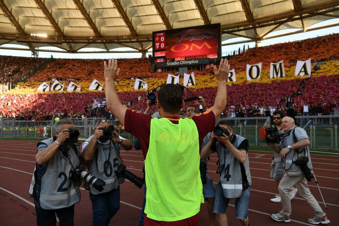 Roma se rinde a los pies de Francesco Totti en su último partido como pr...