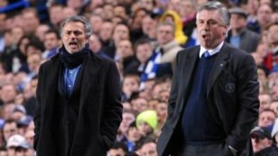 Mourinho y Ancelotti, durante un duelo entre Inter de Milán y Chelsea en...