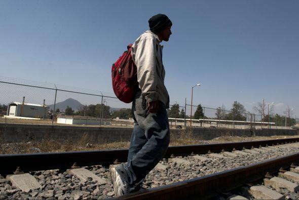 Migrantes centroamericanos usan el tren de 'La Bestia' para pasar por Mé...