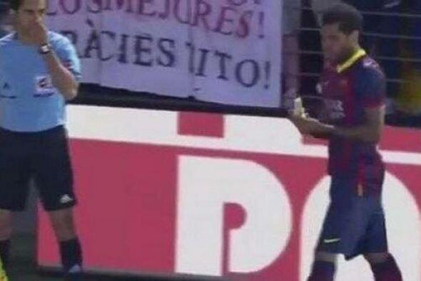 La reacción de Dani Alves durante el partido del Barcelona ante el Villa...