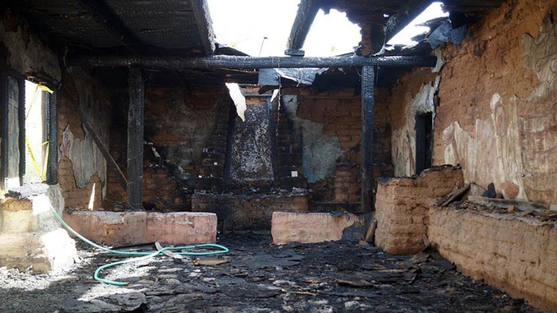 Imagen de la capilla de la misión consumida por el fuego.