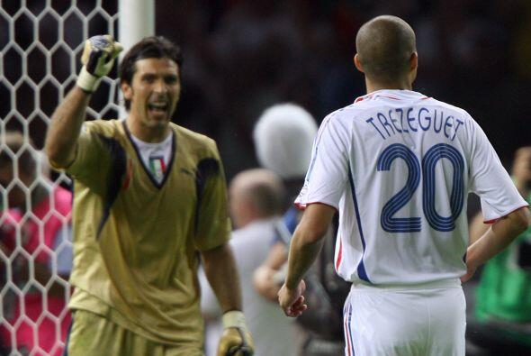 Buffon se quedó con el remate e Italia terminó saliendo Ca...