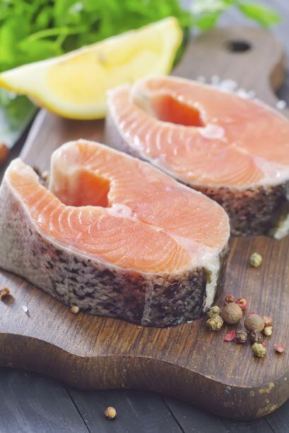 Pinta 6 filetes de salmón de 6 onzas (170 gramos) cada uno con el jarabe...
