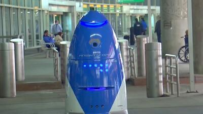 Una robot que da recomendaciones a pasajeros se mueve por el Aeropuerto La Guardia de Nueva York