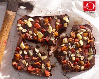 Marqueta de chocolate y frutos secos  Parecido a un pastel pero con la c...