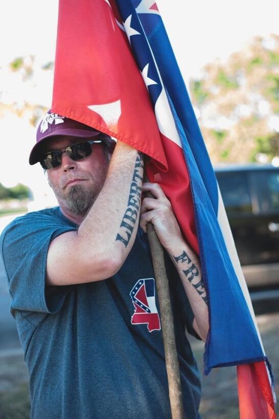 Un hombre que viajó de Mississippi para apoyar los monumentos confederados.