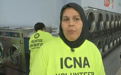 Familias hispanas de escasos recursos son ayudadas por un grupo de musul...