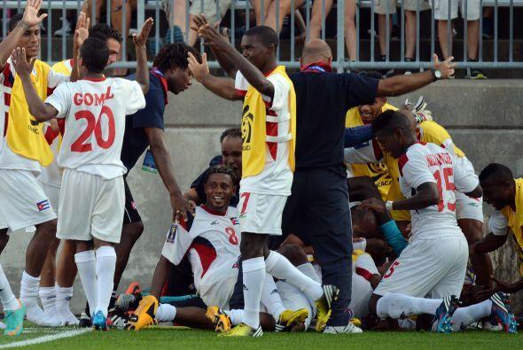Tras el cuarto gol de Cuba, los jguadores de banca se metieron a la canc...