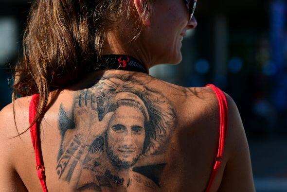 Un fan del fallecido piloto italiano Marco Simoncelli muestra su tatuaje...