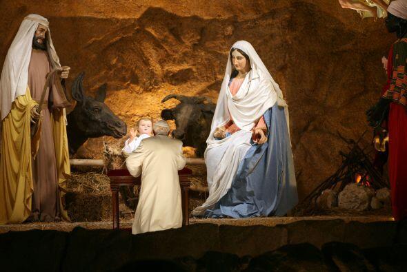 El nacimiento, es la escenificación, mediante figuras de diversos materi...