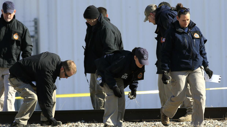 Agentes del FBI buscan evidencias en la zona del tiroteo.
