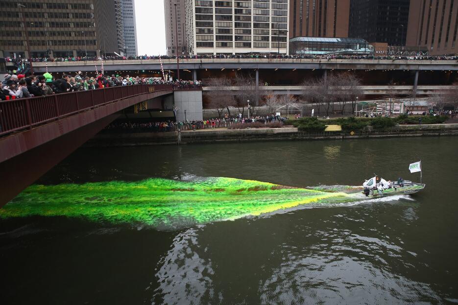 El teñido del río es seguido, y fotografiado, por miles de curiosos