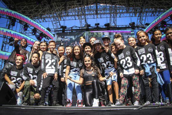 Aquí la vemos con el grupo The Lab Dance Studio, con quienes realizó uno...