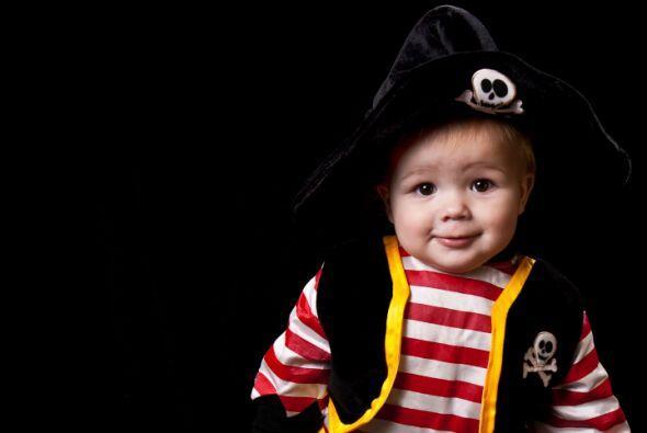 DIY Disfraz de pirata. Si le pones a tu pequeño un pantalón negro con un...