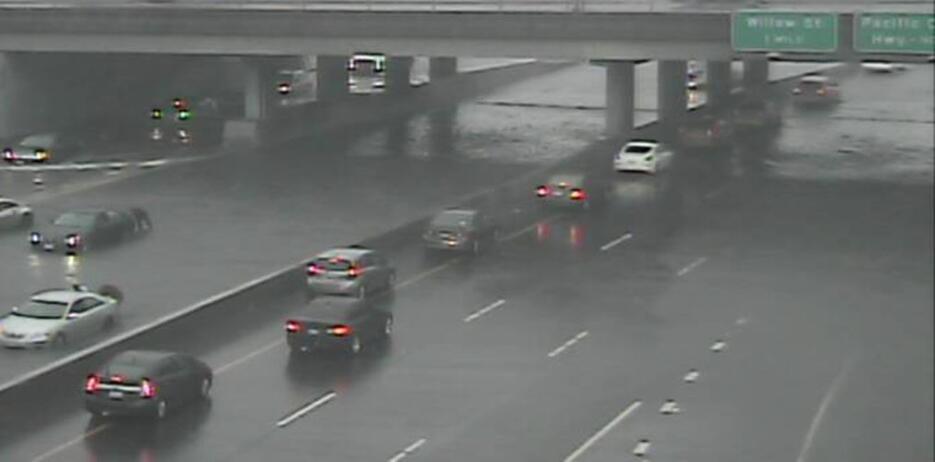 La autopista 710 a la altura de Pacific Coast Highway quedó inundada deb...