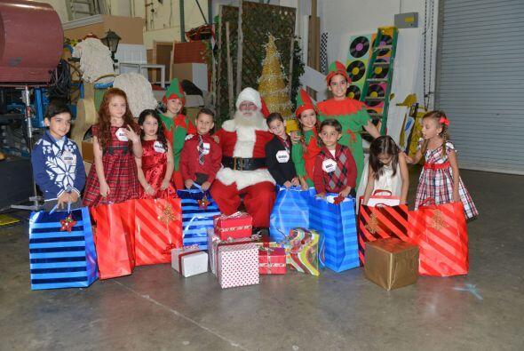 Los pequeños estaban muy contentos con sus regalos y felices de poder co...