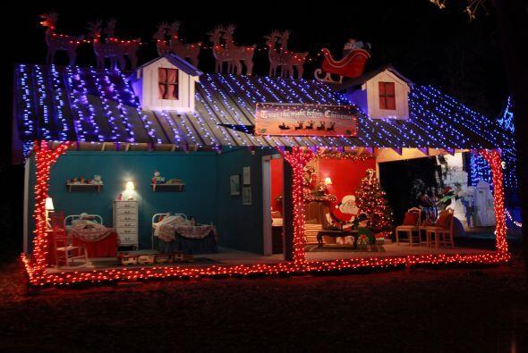 También podrás ver a Santa y a mamá Claus preparándose, mientras los niñ...