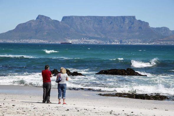 Una pareja observa al horizonte de la Bahía False, en Ciudad del Cabo.
