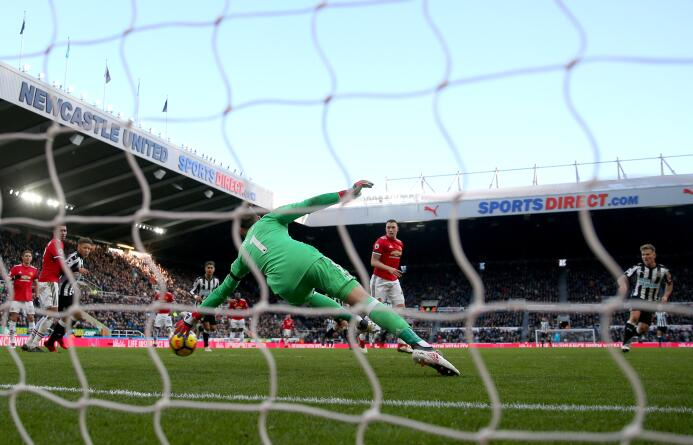 Newcastle sorprende y vence al Manchester United gettyimages-916957552.jpg