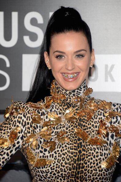 La intérprete 'Roar', Katty Perry, combinó diamantes y colores e...