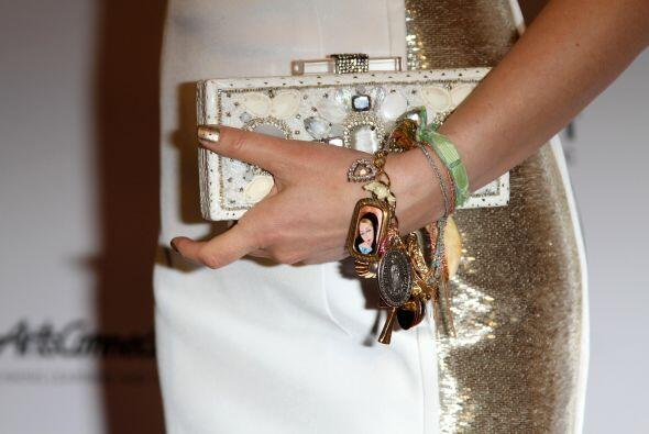 Detalles de su bolso y sus pulseras con talismanes.