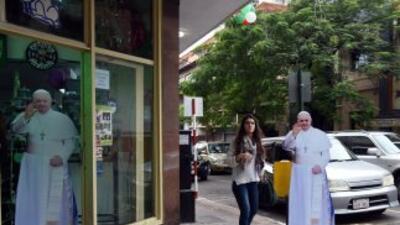 Las calles de Asunción, Paraguay, muestran afiches con la figura del Pap...