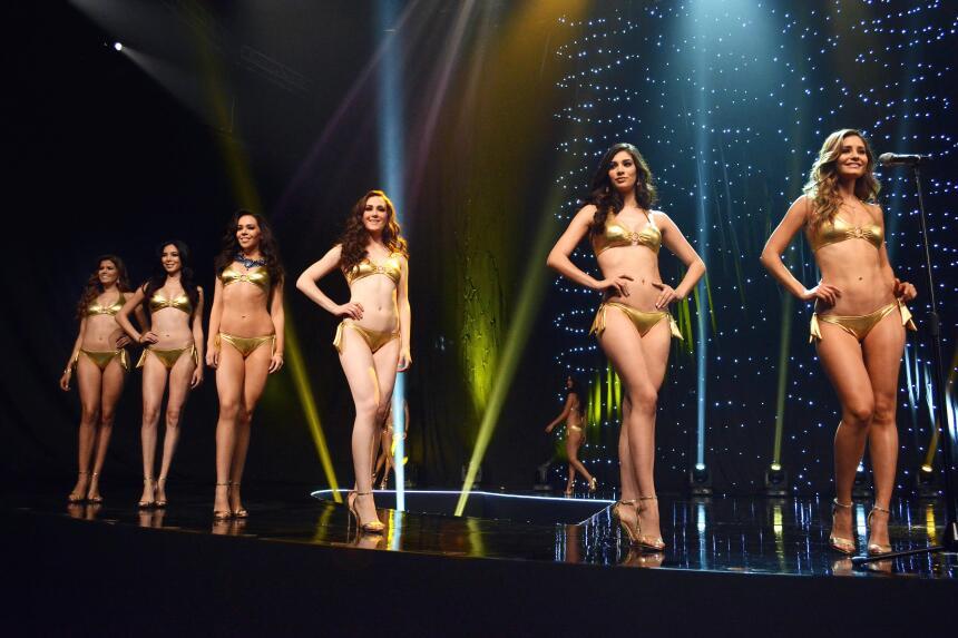 Durante su presentación, las mujeres desfilaron en traje de baño.