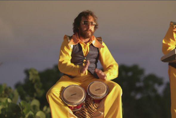 El Botarga acompañó ritmicamente con los bongoes.