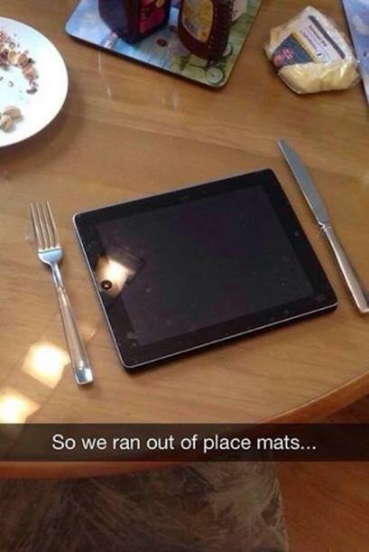 Que tal su ipad para poner su plato y la mesa no se dañe.