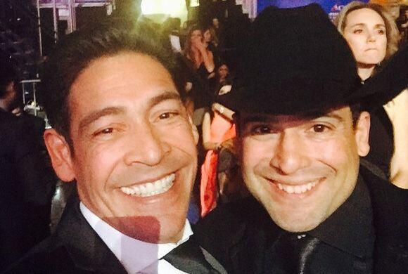 """""""Con mi pana Bobby Pulido en Premio Lo Nuestro"""", compartió Johnny. (Febr..."""
