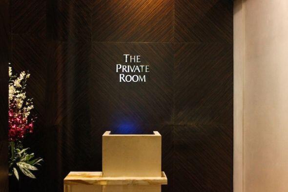 Después del check in,pasa a una sala de espera privada y lujosa.