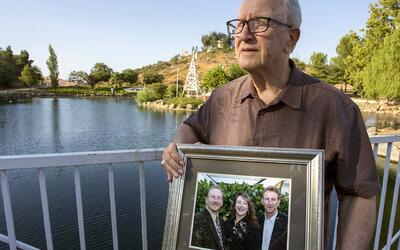Frank Kerrigan sostiene un retrato con sus hijos