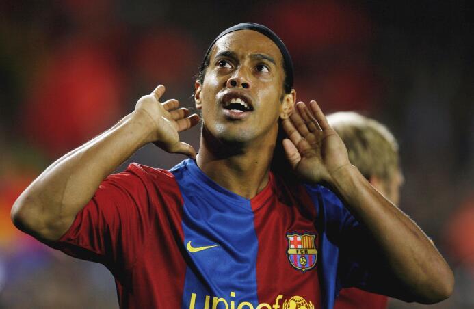 Mediocampista: no podía faltar, el gran Ronaldinho de la edición FIFA 20...