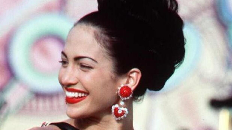 Jennifer López interpretando a Selena.
