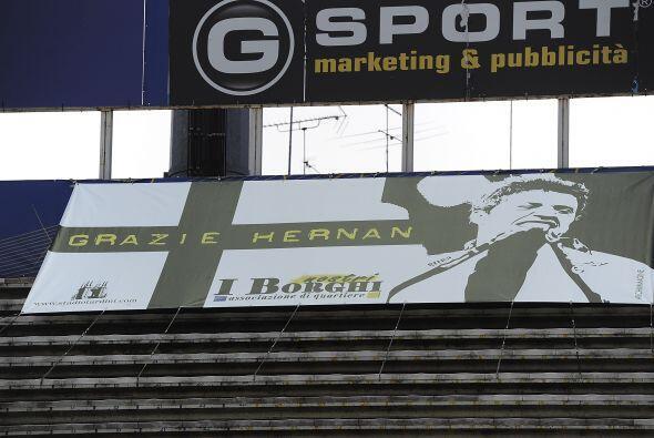 El club le agradeció sus goles con banderas y pintadas por todo el estadio.