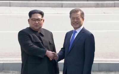 Histórico saludo entre los líderes de las dos Coreas en la...
