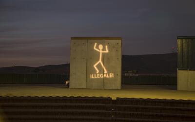 Los artistas ironizan con sus juegos de luces sobre el muro fronterizo c...