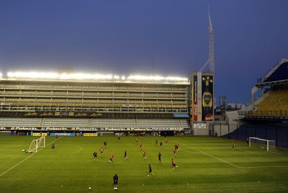 Vista parcial del estadio boquense, más de 400 personas se dieron cita p...