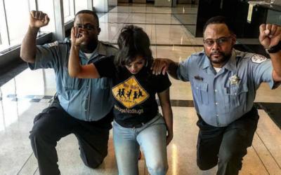 Activista comparte la foto de dos policías de Chicago protestando...
